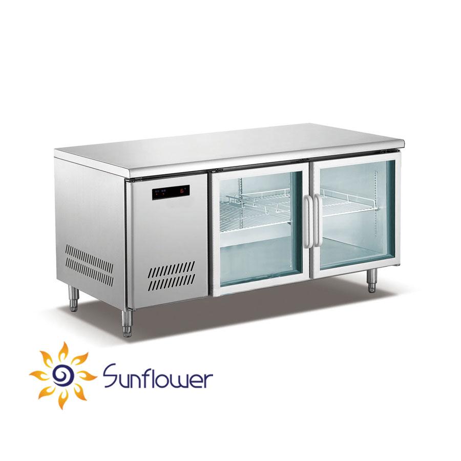 Bàn lạnh 2 cánh kính vùa dùng để bảo quản thực phẩm ở nhiệt độ lạnh vừa được sử dụng làm bàn chế biến thức ăn.