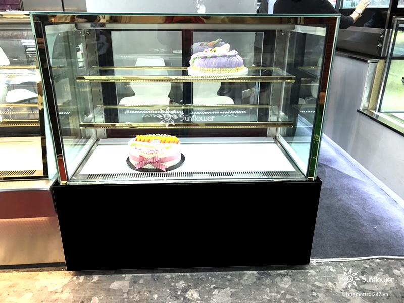 Tủ bánh kem vuông 3 tầng kiến tạo không gian trưng bày cực thu hút.