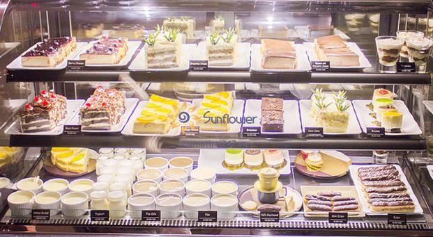 Tủ bánh Sunflower có thể bảo quản được nhiều loại bánh như: bánh gato, sukem, thạch, trà sữa..