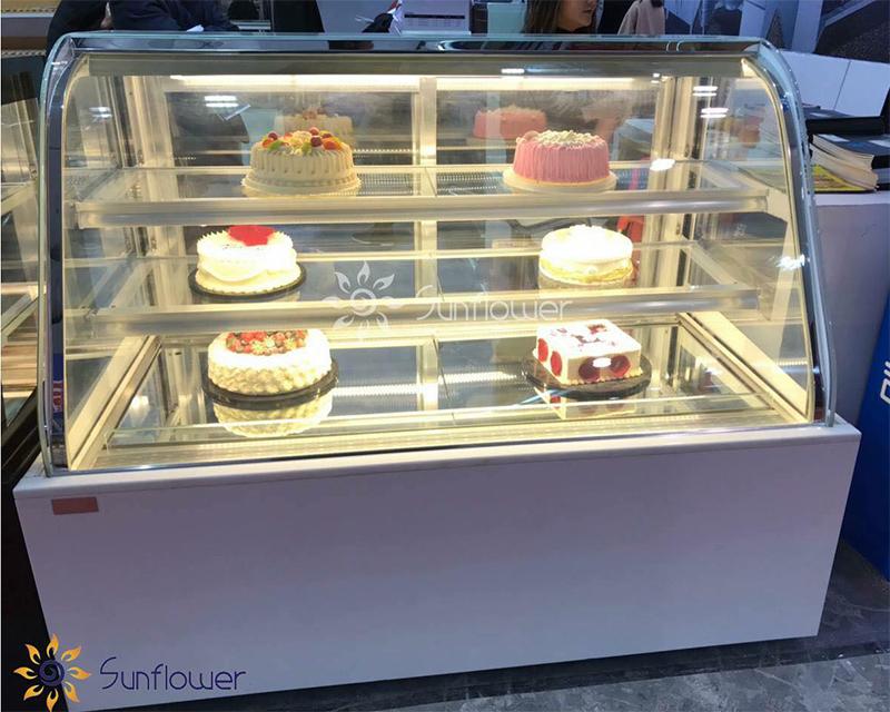 Tủ được chia thành 3 tầng rộng rãi, không gian trưng bày bánh hiện đại thu hút bởi ánh đèn LED