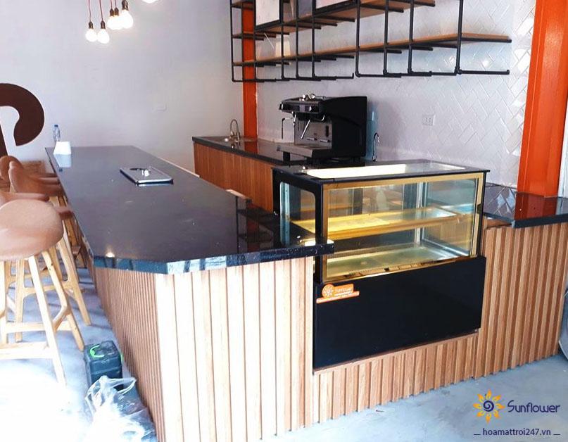 Một chiếc tủ bánh kem đẹp mang đến tính thẩm mĩ cho không gian chung.