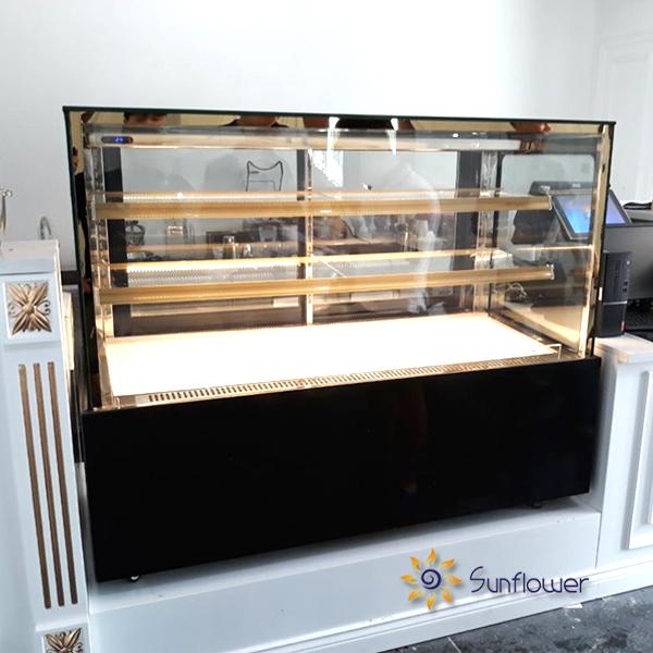 Tủ bánh kính vuông có giá đắt hơn so với tủ kính cong bởi diện tích trưng bày bánh lớn hơn