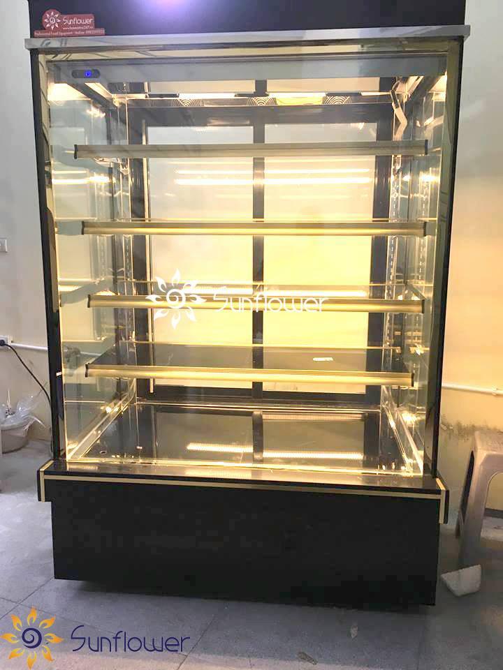 Hệ thống đèn LED chiếu sáng với ánh sáng vàng tinh tế giúp người mua dễ dàng quan sát được chất lượng bánh