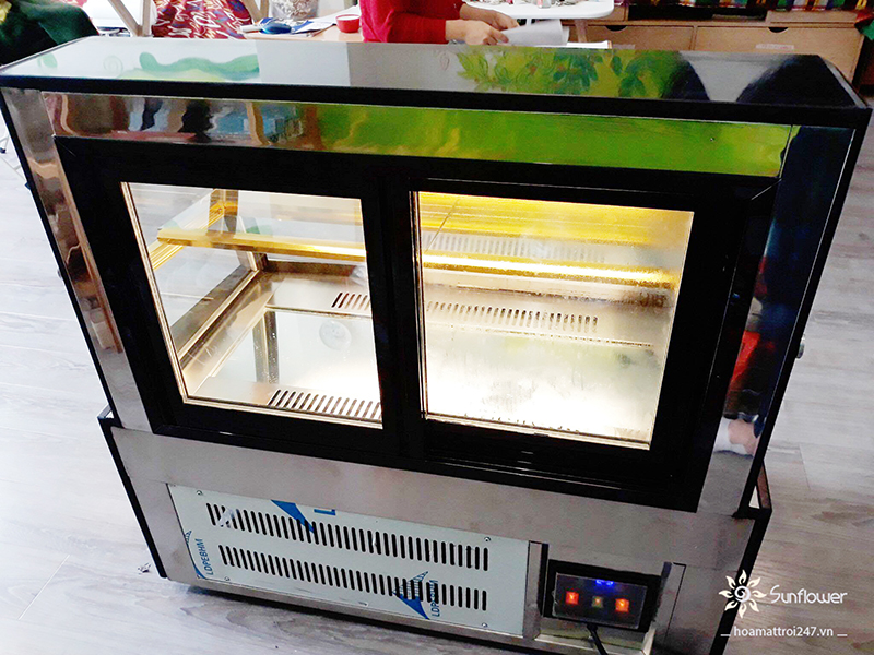 Mặt sau tủ bánh mini S430A thiết kế cửa lùa rất tiện lợi khi lấy bánh