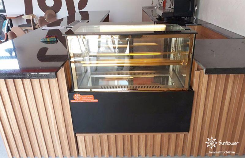 Tủ được đặt cạnh quầy thu ngân, thuận tiện khi lấy bánh và góp phần làm cho không gian cửa hàng thêm thu hút.