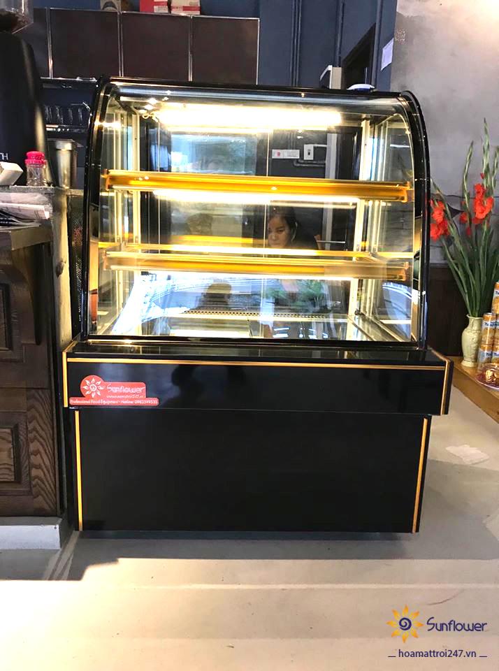 Tủ bánh kem mini 3 tầng 90cm, có kích thước không quá lớn mà vẫn có thể bảo quản được số lượng bánh nhiều