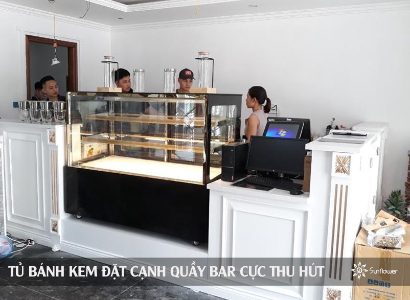 Tủ bày bánh kem được đặt ngay cạnh quầy pha chế và thu ngân.