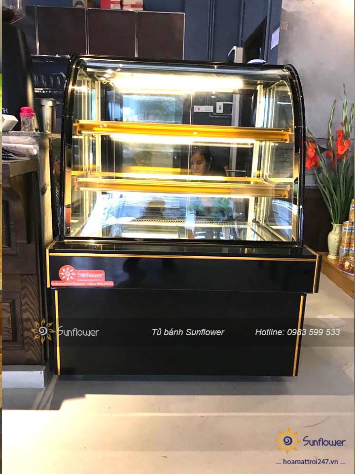 Khách hàng mua tủ bày bánh kem mini 3 tầng cho quán cafe