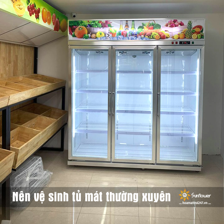 Vệ sinh tủ mát trưng bày trái cây thường xuyên để tăng tuổi thọ, hạn chế vi khuẩn, nấm mốc