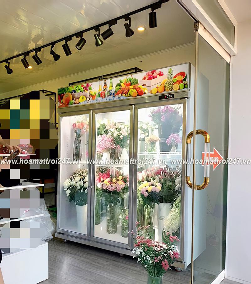 Tủ mát bảo quản hoa tươi giúp cửa hàng thêm phần sang trọng và chuyên nghiệp hơn.